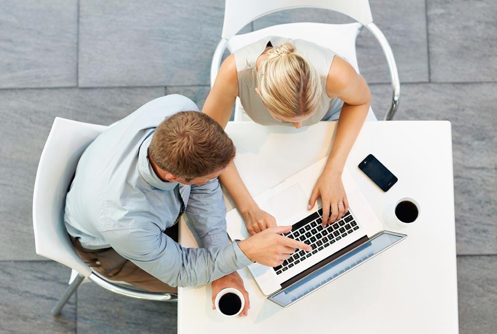 Zwei Autoren arbeiten zusammen am Autorensystem eAuthor