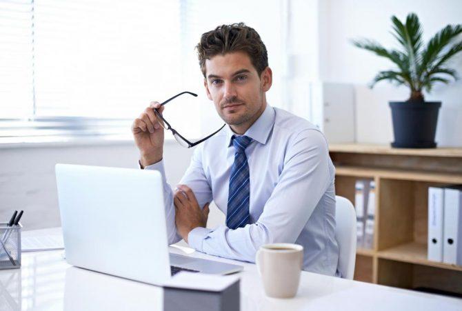 Ein Mann nutzt das E-Learning System von inside zur betrieblichen Weiterbildung an seinem Laptop