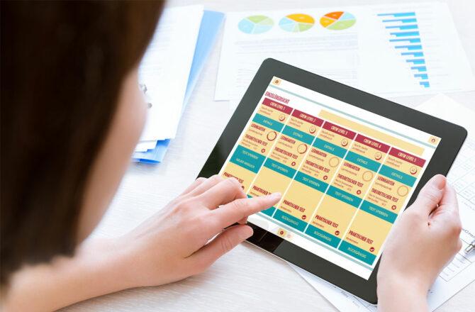 In der inside Lernplattform eXperience Space wertet ein Frau ihren Lernfortschritt aus.