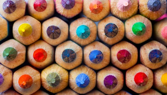 Gestapelte Buntstifte als Symbol für Kreativität