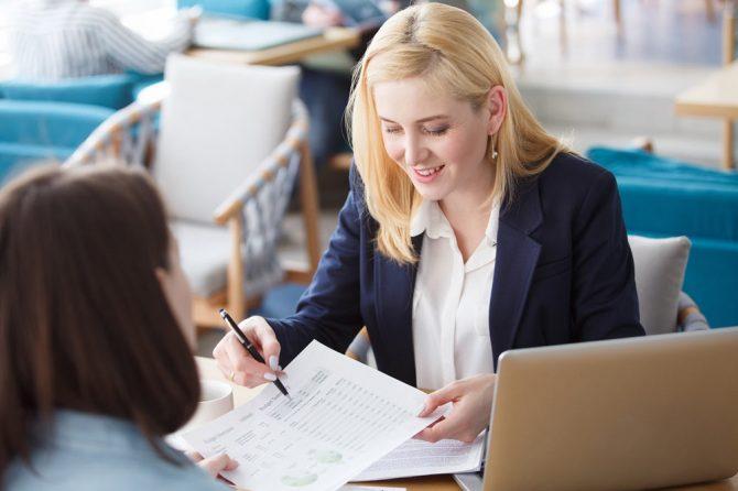Eine Managerin bespricht mit einer Mitarbeiter deren Fortschritte auf der Lernplattform.