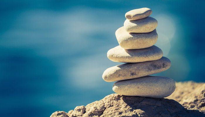 Gestapelte und gut balancierte Steine: Ein Symbol für die Work-Life-Balance bei inside