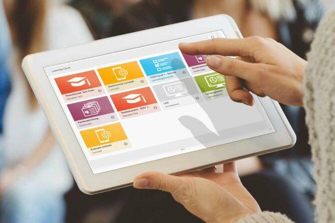 Ein Frau nutzt den Zugriff auf die eXperience Space Lernplattform per Learning Cloud App am Tablet