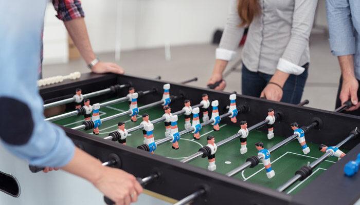 Mitarbeiter spielen am inside-Kickertisch
